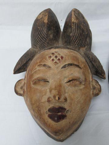 AFRIQUE Lot de deux masques en bois. Haut.: 35 cm (manques et usure)