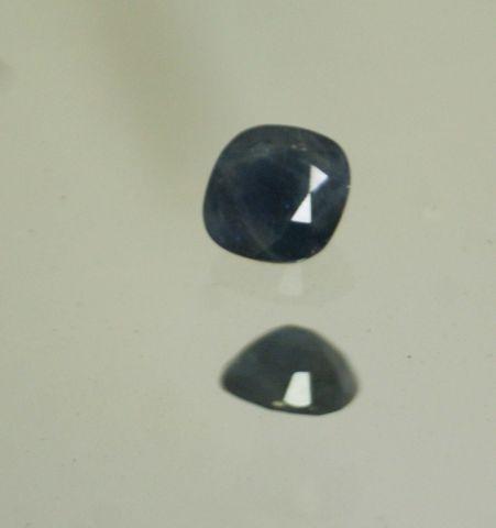 Saphir de taille coussin sur papier.  Inclusions.  Poids : 3,30 cts