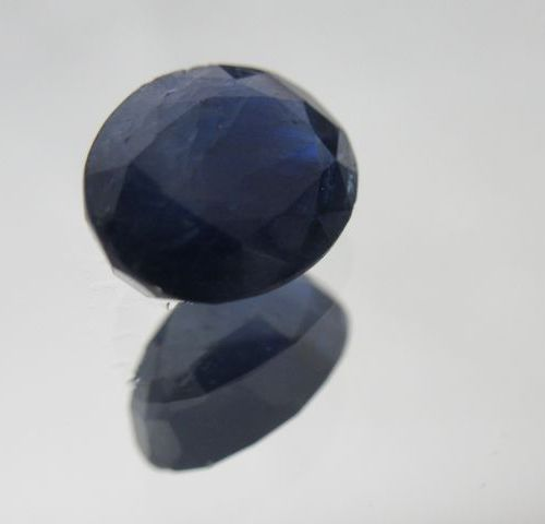 Saphir bleu (Kenya). Poids : 5,48 carats. Avec son certificat.