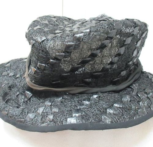Lot de deux chapeaux noir en nylon ( ?) . Vers 1970. Tour de tête 50