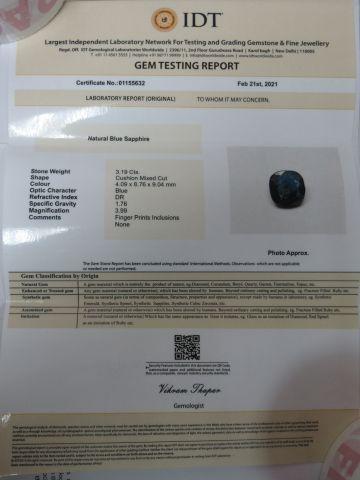 Saphir bleu, taille coussin. Poids : 3,19 carats. Avec son certificat.