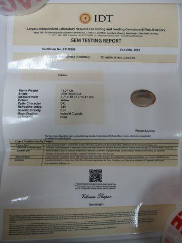 Citrine, ovale. Poids : 13,27 carats. Avec son certificat.
