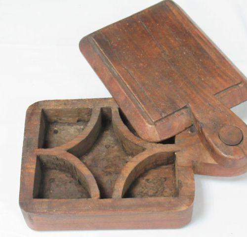 AFRIQUE Boîte en bois. Long.: 23 cm
