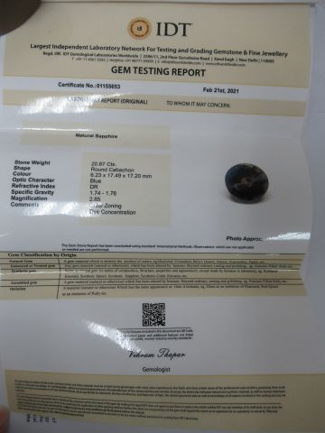 Saphir bleu, taille cabochon. Poids : 20,67 carats. Avec son certificat.