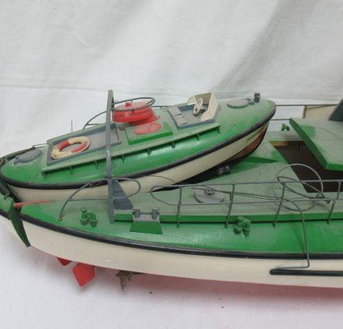 Ancien bateau téléguidés en bois et résine. (manques ?) Long.: 90 cm