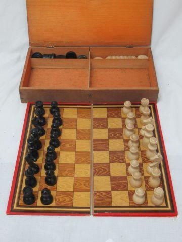 Jeu d'échecs et de dames, comprenant les plateaux (26 x 26 cm) en carton et les …