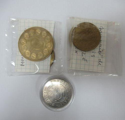 MONNAIE DE PARIS Lot de 5 médailles en métal, sur le thème du franc et de l'Euro…
