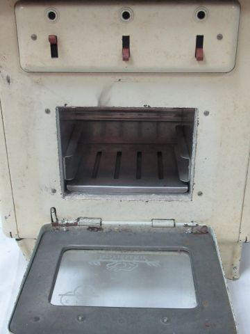 Lot comprenant une cuisinière éléctrique pour enfant en métal laqué (38 cm, usur…