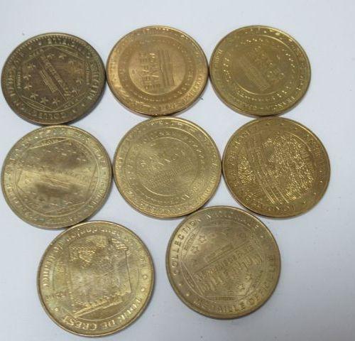 MONNAIE DE PARIS Lot de 8 médailles en métal doré. Diam.: 3 cm Dans un pochon.