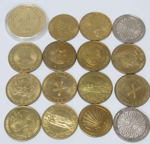 Lot de 16 médailles en métal doré et argenté. Dont Trésor de France et Médailles…