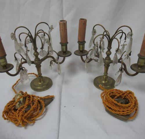 Paire de girandoles en laiton, ornées de pampilles. Haut.: 23 cm