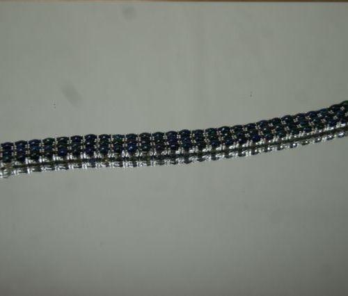 Bracelet en argent, serti de trois rangs de perles d'opales. Poids brut : 33,93 …