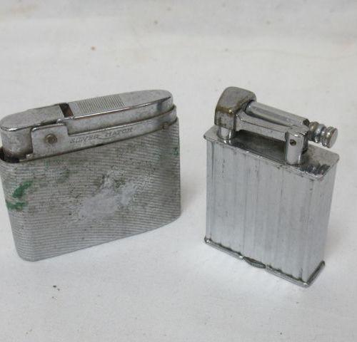Lot de deux briquets en métal. 5 cm (usure)