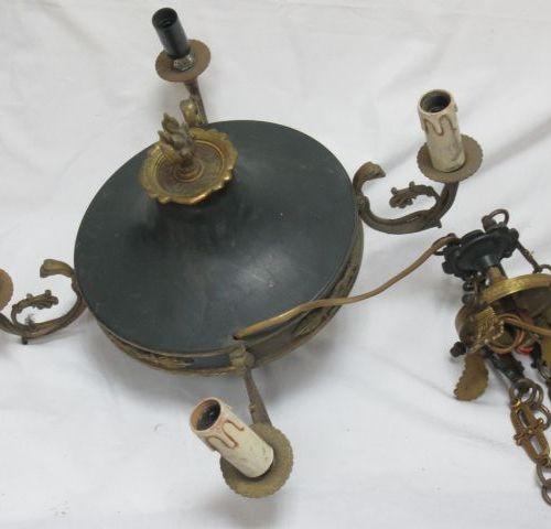 Suspension en tôle laquée verte et bronze. Style Empire. Diam.: 40 cm (chaînes à…
