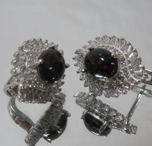 Paire de boucles d'oreilles en argent 925/1000e de forme de flamme serties de ca…
