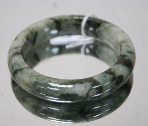 Bracelet en jade (536 carats en tout). Diam.: 6,8 cm