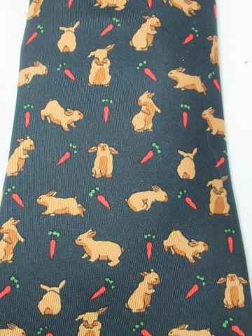 HERMES Cravate en soie, à décor de lapins.