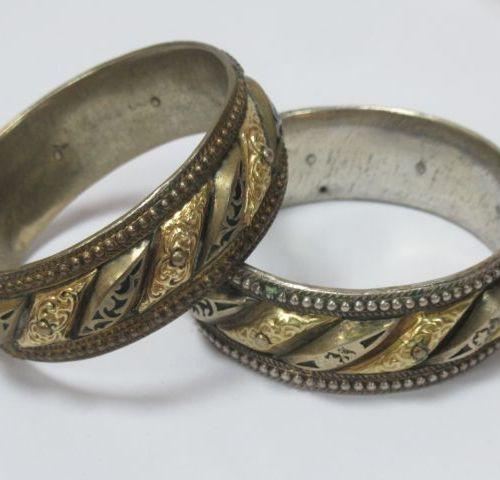 ASIE (?) Paire de bracelets en métal doré et argenté.