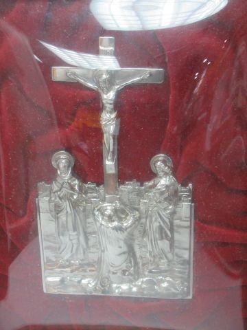 Crucifix en métal. Dans un encadrement en bois sculpté, sous verre bombé. 47 x 3…