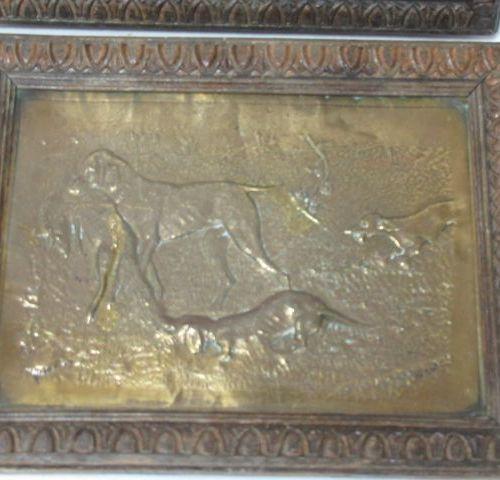 Paire de plaque decoratives en cuivre jaune repoussé figurant des scènes de chas…
