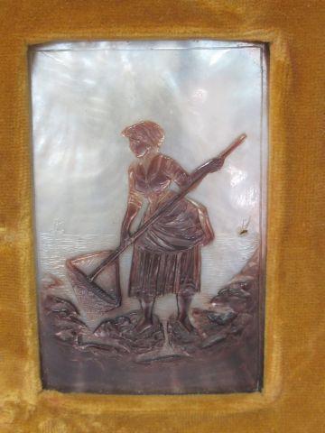 Bas relief en nacre sculpté et teinté figurant une scène de pêche,10 X6 cm .Cadr…