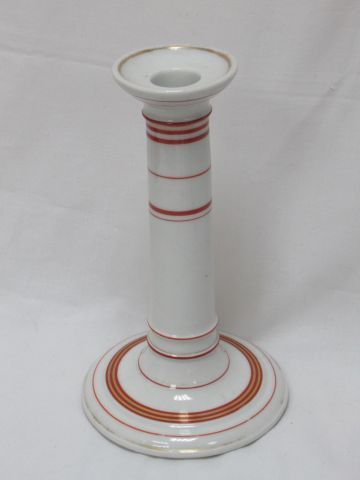 Bougeoir en porcelaine blanche, à liseré rouge. Début Xxe. Haut.: 20 cm