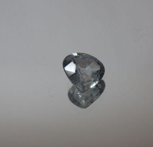 Saphir vert à des reflets bleus de taille poire sur papier  Poids: 1,20 ct env