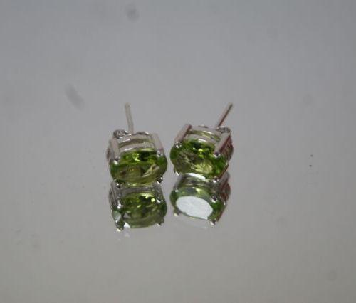 Paire de boucles d'oreilles en argent, serties de péridot. Poids : 1,68 g