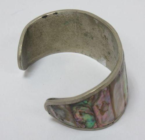 Bracelet rigide en argent, à décor incrusté de nacre. Travail mexicain. Poids br…