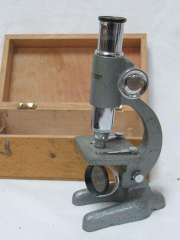 MANUFRANCE Microscope en métal. 17 cm Circa 1970. Dans son coffret en bois.