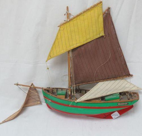 Maquette de bateau en bois et tissu. Long.: 29 cm (éléments à refixer). On y joi…