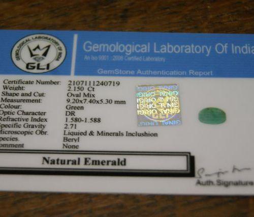 Emeraude, ovale. 2,15 carats. Avec son certificat.