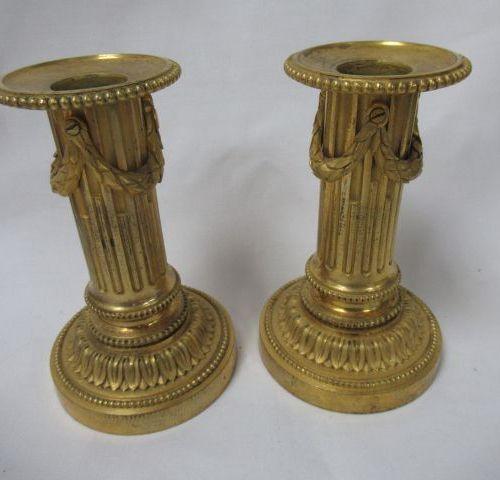 Paire de bougeoirs en bronze doré. Style Louis XVI, XIXe. Haut.: 12 cm
