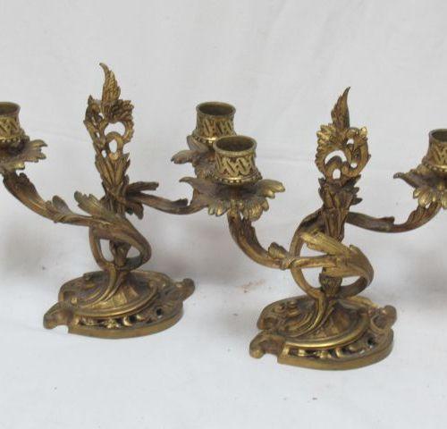 Paire de bougeoirs en bronze doré. Modèle Rocaille. Haut.: 21 cm