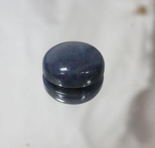 Saphir bleu, cabochon. Poids : 24,8 carats. Avec son certificat