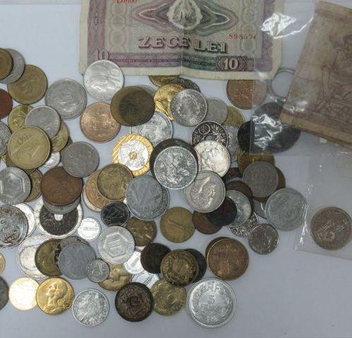 """MONDE Petit lot de monnaies et billets. On y joint un porte cef """"Charles de Gaul…"""