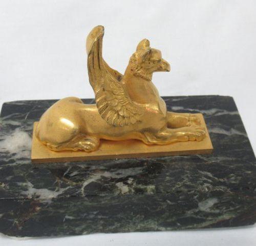 Presse papier en bronze doré et marbre vert, à décor d'un sphinx. XIXe siècle. 9…