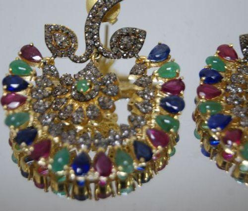 Paire de pendants d'oreilles en vermeil, sertis de rubis, saphirs, émeraudes et …