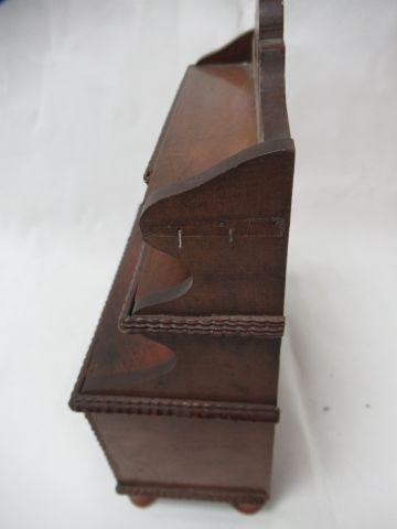 Meuble miniature en bois. Haut.: 23 cm (manque)