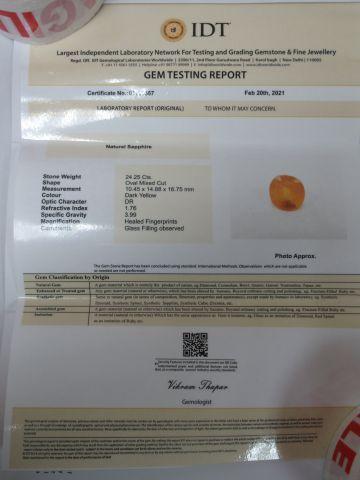 Saphir jaune, taille ovale. Poids : 24,25 carats. Avec son certificat.