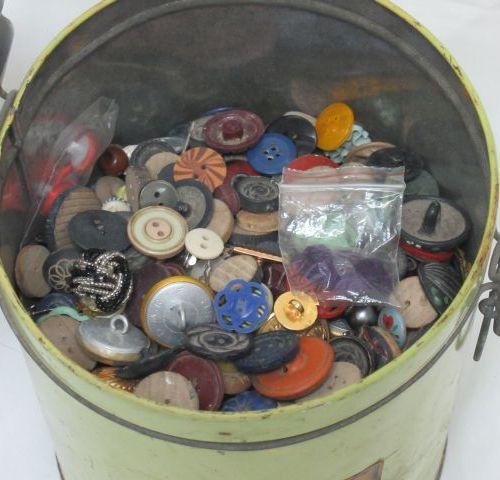 MERCERIE Fort lot de boutons anciens en métal, narcre, bakélite. Dans une boîte …