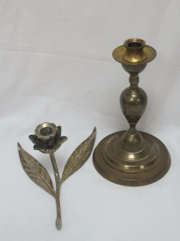Lot de deux bougeoirs en bronze et laiton. 11 24 cm