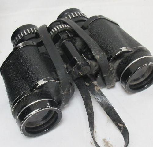 REVUE Paire de jumelles en métal laqué noir. 7x35. (usure) Dans leur boîtier.