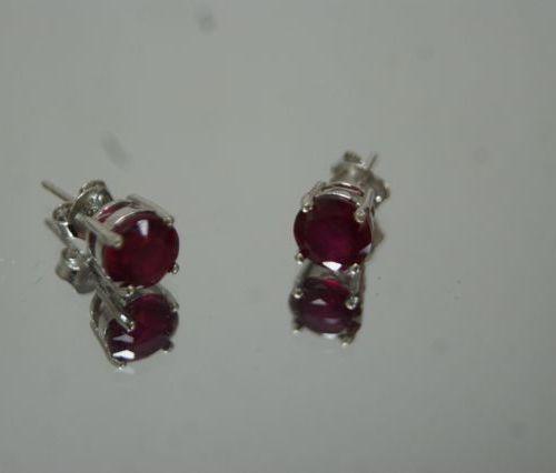 Paire de boucles d'oreilles en argent, serties de rubis. Poids brut : 1,97 g