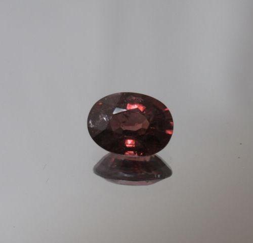 Zircon rose foncé orangé de taille ovale  Poids: 2,16 cts env
