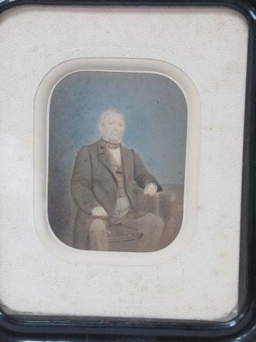 KIPS DE COPPIN Cadre en bois noirci, contenant une photo ancienne (rehaussée). 2…