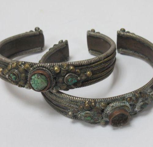 TIBET Lot de deux bracelets en métal et pierres dures (manque à l'un). (usure)
