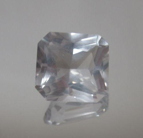 Quartz Cristal de Roche de taille radiant sur papier  Poids: 12,17 cts env
