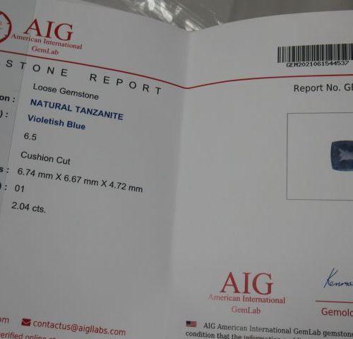 Tanzanite taille coussin sur papier  Poids: 2,23 cts  Accompagnée d'un certifica…