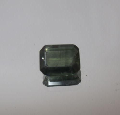 Saphir bleu vert de taille émeraude à degrés sur papier  Poids: 2,13 cts env